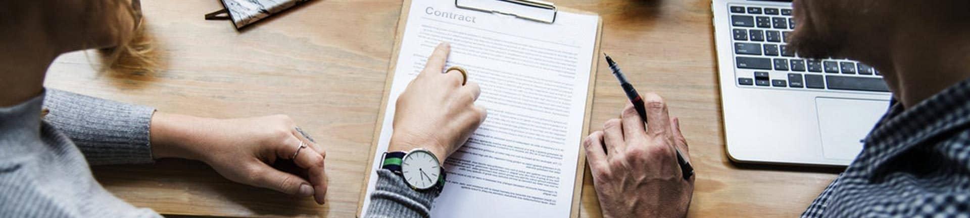 Personnes etudiant un contrat de travail